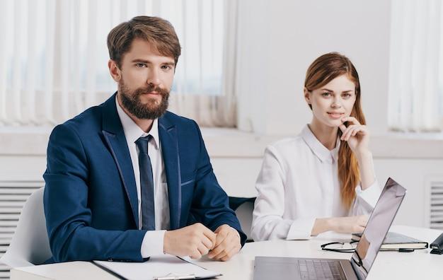 Uomo e donna con il portatile in ufficio comunicazione dipendenti finanza aziendale. foto di alta qualità