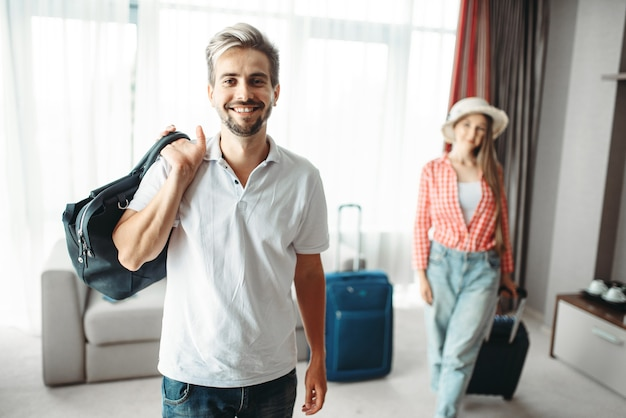 L'uomo e la donna con le valigie partirono per un viaggio