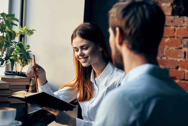 Uomo e donna lavorano colleghi stile di vita finanza. foto di alta qualità