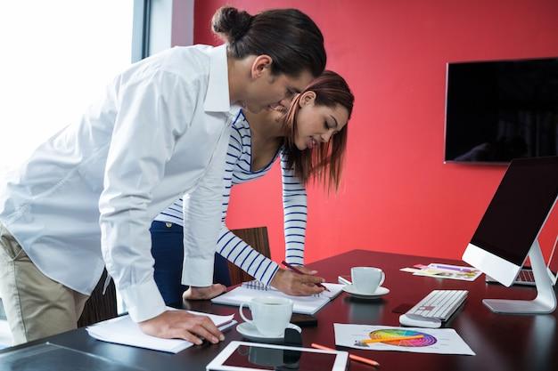 Uomo e donna che lavorano in ufficio