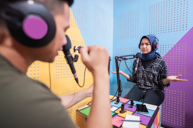 Uomo e donna che discutono in live streaming durante il podcast