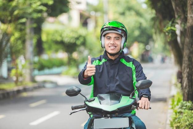 L'uomo lavora come autista di motociclette commerciale