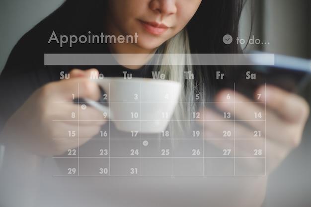 L'uomo lavora la scrittura aziendale lavorando e pianifica le attività e gli appuntamenti del calendario fitto di appuntamenti in weekly planner schedule