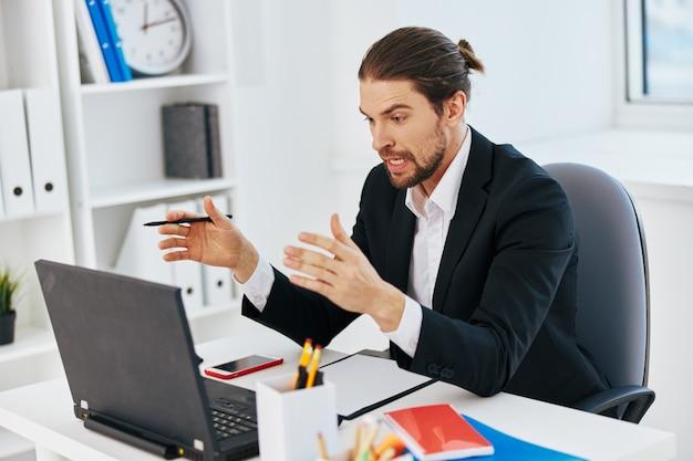 Emozioni del lavoro dell'uomo davanti alla tecnologia del laptop