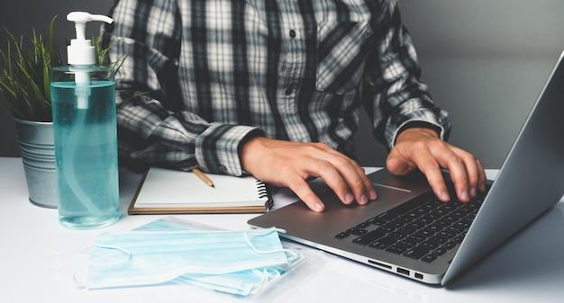 L'uomo lavora in ufficio a casa per proteggere dalla malattia di coronavirus