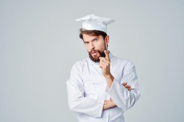 L'uomo lavora l'uniforme professione cucina sfondo isolato