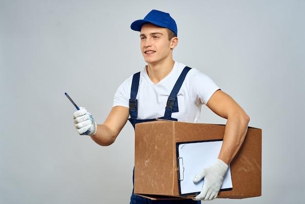 Lavoratore dell'uomo con scatola in mano. servizio carico consegna.