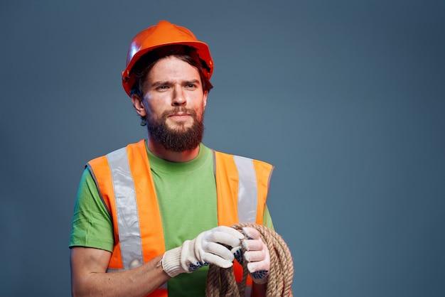 Uomo nel lavoro professionale di sicurezza uniforme da costruzione
