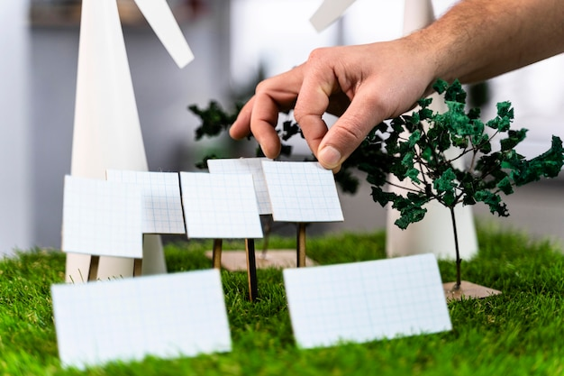 Uomo che lavora su un layout di progetto di energia eolica ecologico con turbine eoliche