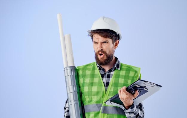 Un uomo in un ingegnere edile di schemi di lavoro professionale