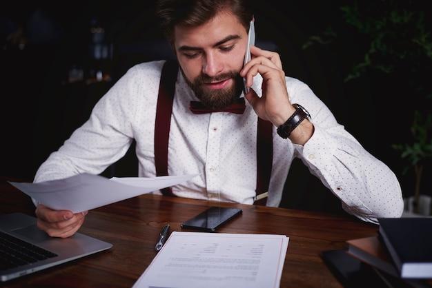 Uomo che lavora alla sua scrivania
