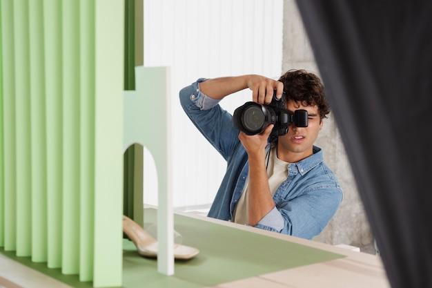 Uomo che lavora nel suo studio fotografico