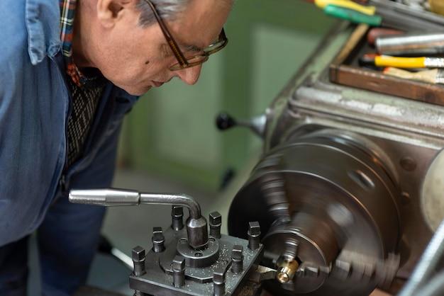 Uomo che lavora in un'officina industriale
