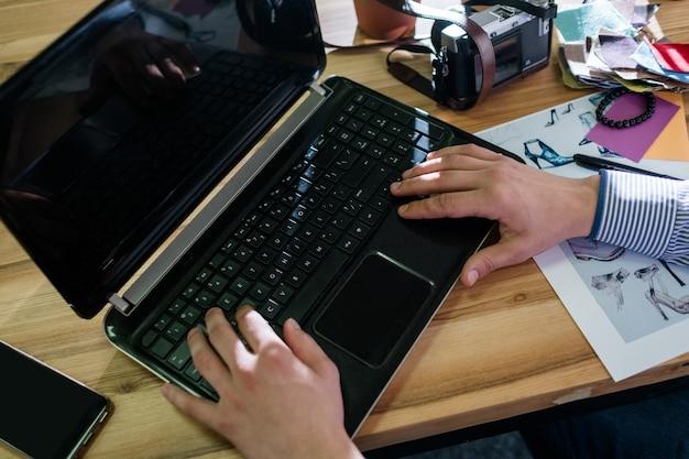 Uomo che lavora al computer portatile in ufficio. tecnologia internet informatica. moderne soluzioni aziendali.