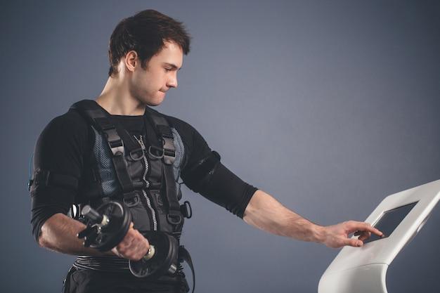 Uomo che lavora allenamento ems con manubri
