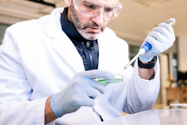 Uomo che lavora in un laboratorio professionale