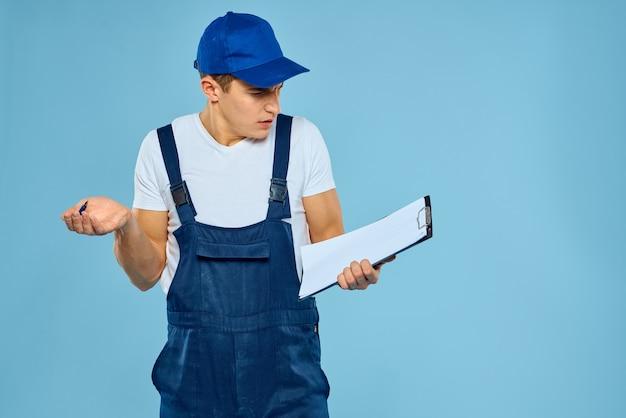 Uomo in corriere di consegna uniforme di lavoro che fornisce servizi al lavoro professionale
