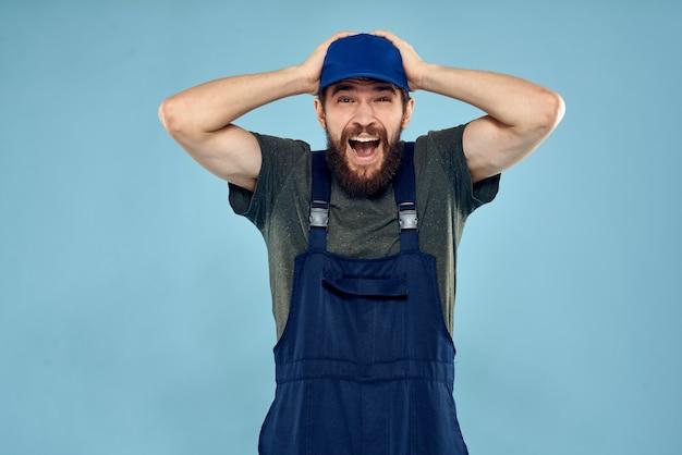 Uomo in uniforme da lavoro emozioni nel servizio di consegna di vita lavoro.