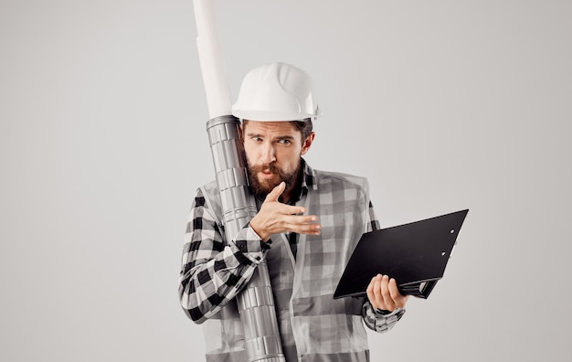 Un uomo in uniforme da lavoro un tubo di vernice bianca per la costruzione di servizi di rendering di disegni