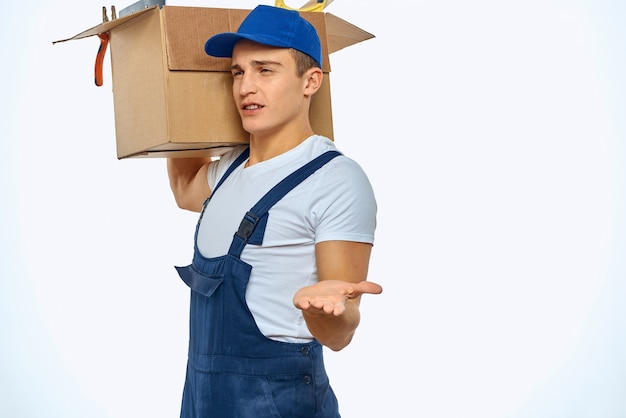 Un uomo in uniforme da lavoro con una scatola in mano che carica un servizio di consegna
