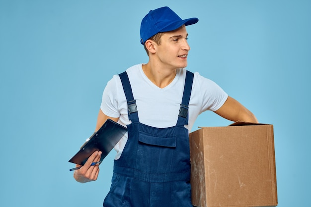 Un uomo in uniforme da lavoro con una scatola in mano che lavora al servizio di consegna