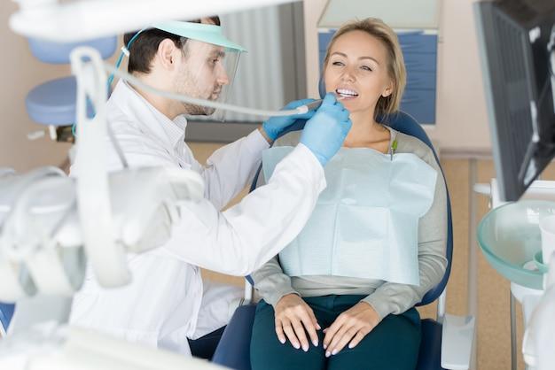 Uomo che lavora con il dente malato del cliente