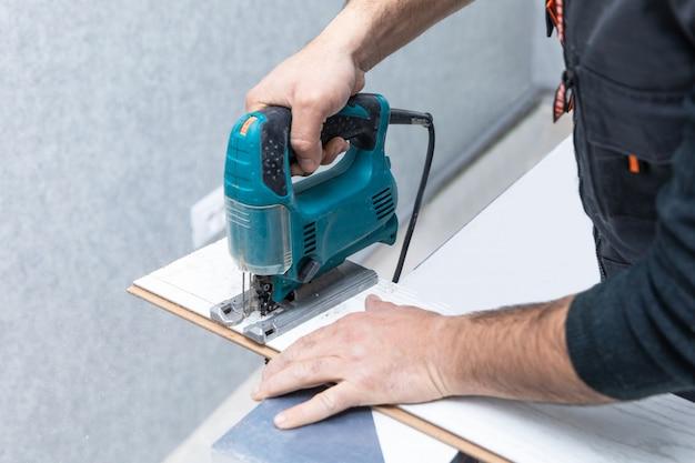 Uomo che lavora con il puzzle sul laminato di legno bianco