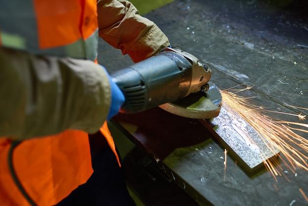 Uomo che lavora con il metallo in fabbrica