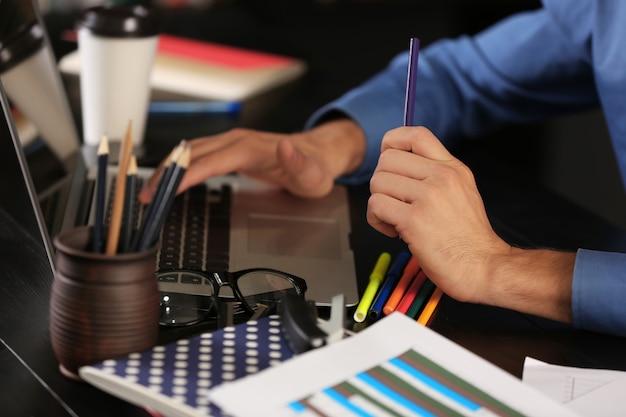 Uomo che lavora con laptop moderno