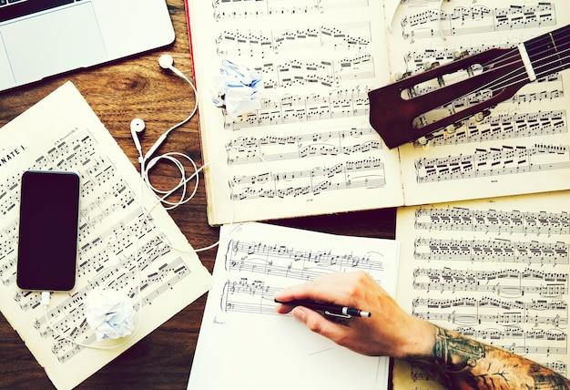 Uomo che annota le note per una nuova composizione