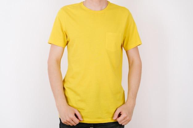 Uomo in maglietta gialla. spazio per il tuo logo o design. mockup per la stampa