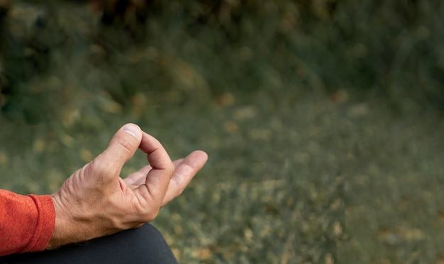 Uomo in posizione yoga all'aperto con copia spazio