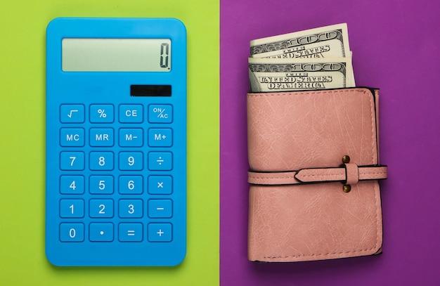 Gestisci il budget familiare. costi di acquisto. calcolatrice blu e portafoglio in pelle con banconote da un dollaro su verde viola