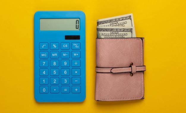 Gestisci il budget familiare. costi di acquisto. calcolatrice blu e portafoglio in pelle con banconote da un dollaro su giallo