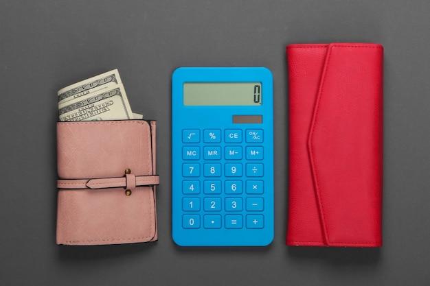 Gestisci il budget familiare. costi di acquisto. calcolatrice blu con portafogli in pelle su grigio