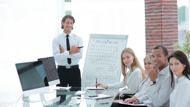 Manager e team aziendale per un incontro di lavoro.