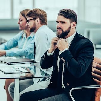 Manager e team aziendale che lavorano con i rapporti finanziari nel