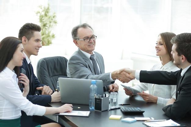 Manager e cliente si stringono la mano dopo aver discusso il contratto