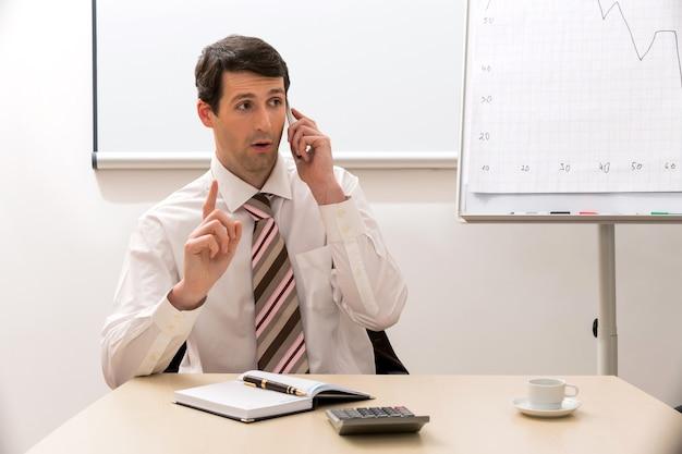 Il manager comunica per telefono il manager di successo conduce conversazioni telefoniche