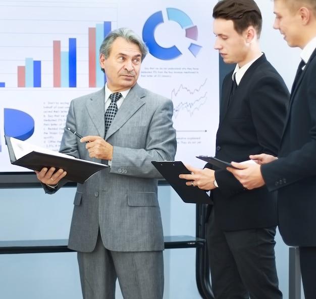 Manager che discute il lavoro con i suoi colleghi