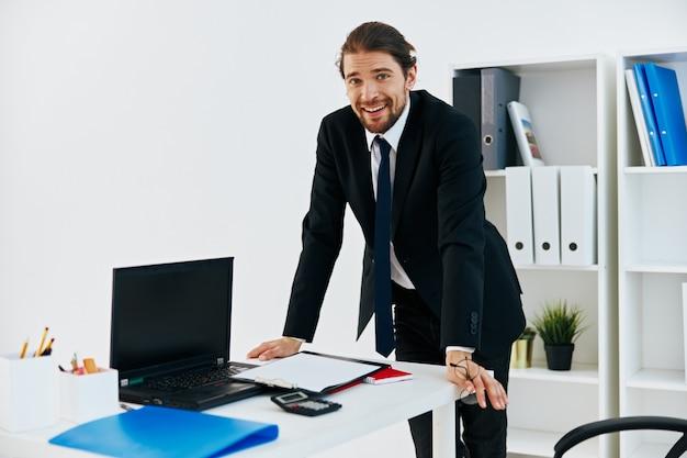 Manager che tiene uno stile di vita dell'ufficio del telefono del telefono
