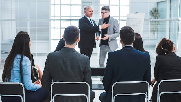 Il manager presenta un nuovo dipendente dell'azienda in una riunione con il team aziendale.