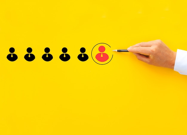 Manager che seleziona un leader dai dipendenti. attività di reclutamento e gestione delle risorse umane.