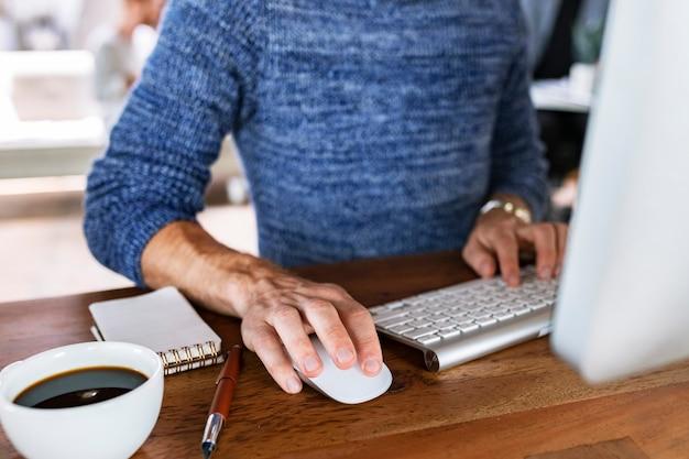 Manager in una startup che utilizza un computer