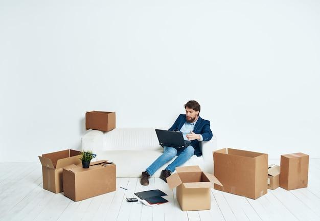 Manager con ufficio scatole di cartone trasloco professionale