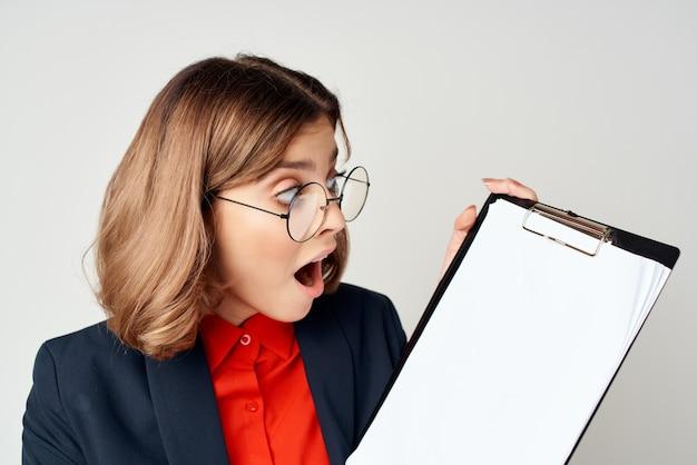 Manager con documenti in mano studio professionale