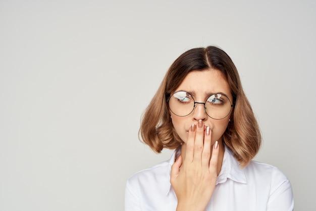 Manager con occhiali stile di vita esecutivo isolato sfondo