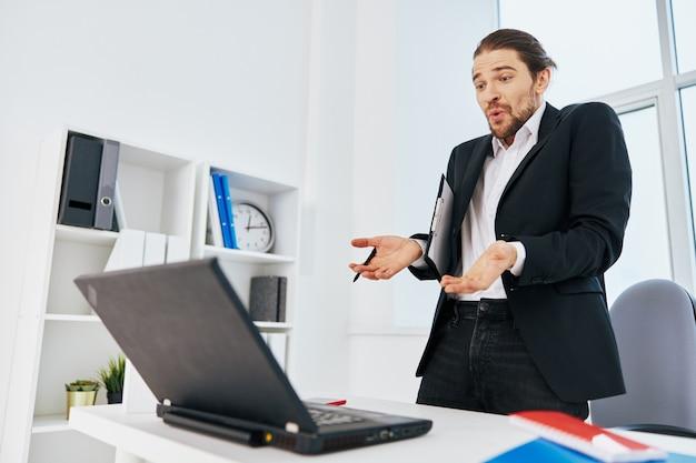 Emozioni del lavoro del manager davanti al capo del laptop