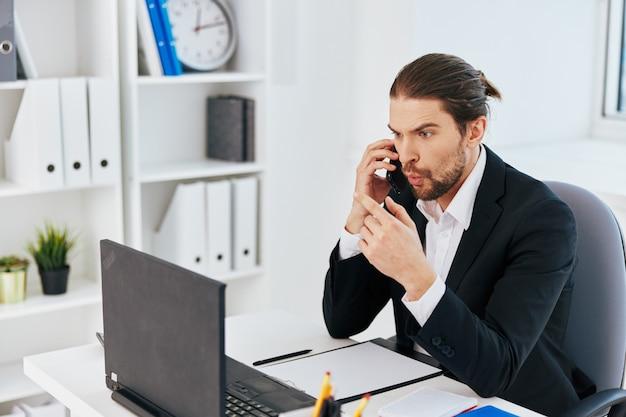 Emozioni del lavoro del manager davanti allo stile di vita della comunicazione del laptop