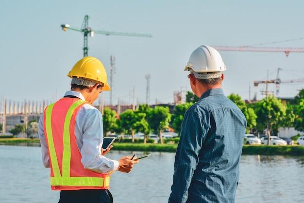 Il manager lavora con la tecnologia tablet di costruzione engineer